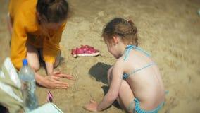 Dziewczynki kobiety macierzysty bawić się na plaży z piaskiem zbiory wideo