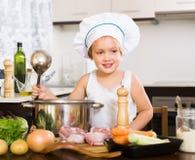 Dziewczynki kulinarna polewka z kopyścią zdjęcia stock