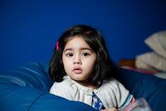Dziewczynki obsiadanie na bobowej torbie Fotografia Stock