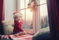 Dziewczynki obsiadanie okno Obrazy Royalty Free