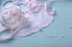 Dziewczynki pepiniery łupy na rocznika błękita tle i śliniaczek obrazy royalty free