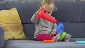 Dziewczynki sztuka z zabawką na kanapa pokoju Dzieciństwo, edukacja 4K zbiory