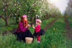Dziewczynki wiosna uprawia ogródek kobiety, dandelions Zdjęcia Royalty Free