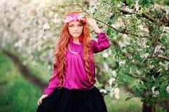 Dziewczynki wiosny ogródy i kobieta, dandelions Zdjęcie Stock