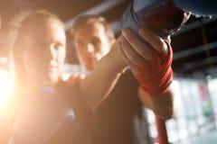 Dziewczyny ćwiczy boksować z trenerem Zdjęcie Stock