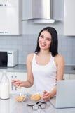 Dziewczyny łasowania dębowi płatki i mleko Fotografia Royalty Free