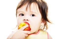 Dziewczyny łasowania jabłko Fotografia Royalty Free