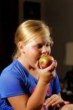 Dziewczyny łasowania jabłko Zdjęcie Royalty Free