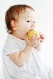 Dziewczyny łasowania jabłko Fotografia Stock