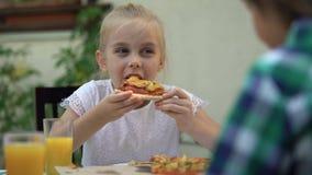 Dziewczyny łasowania pizza z bratem w kawiarni, odświętność urodziny, ulubiony jedzenie zbiory wideo