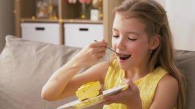 Dziewczyny łasowania tort w domu zbiory