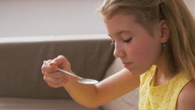 Dziewczyny łasowania tort w domu zbiory wideo