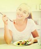 Dziewczyny łasowania warzywa sałatka Zdjęcia Stock