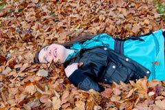 Dziewczyny łgarska jesień Fotografia Stock