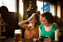 Dziewczyny śmia się przy pubem Fotografia Stock