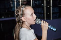 Dziewczyny śpiewacki karaoke w kawiarni fotografia royalty free