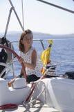 Dziewczyny żeglowania łódź przy morzem zdjęcia royalty free