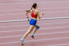 Dziewczyny athlet biega 400 metrów fotografia stock