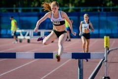 Dziewczyny atleta pokonuje przeszkody Zdjęcie Royalty Free