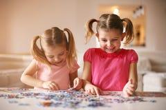 Dziewczyny bawić się łamigłówkę hełmofonu czarny zamknięty wizerunek odizolowywał mikrofonu ochraniacza miękką część w górę biel Fotografia Royalty Free