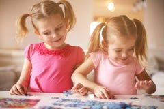Dziewczyny bawić się łamigłówkę Portret hełmofonu czarny zamknięty wizerunek odizolowywał mikrofonu ochraniacza miękką część w gó Fotografia Stock