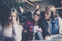 Dziewczyny bawić się grę planszowa i ma poważną rozmowę obrazy stock