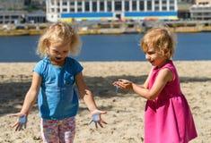 Dziewczyny bawić się Holi farbę Zdjęcia Royalty Free