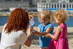 Dziewczyny bawić się Holi farbę Obrazy Royalty Free
