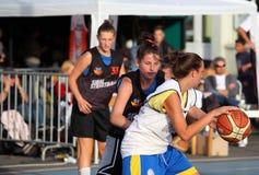 Dziewczyny bawić się koszykówkę Zdjęcie Royalty Free