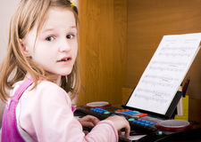 dziewczyny bawić się mały fortepianowy Fotografia Stock