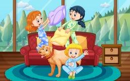Dziewczyny bawić się poduszki walkę z przyjaciółmi w domu Obrazy Royalty Free