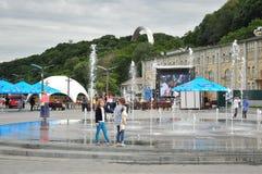Dziewczyny bawić się przy fontanną, futbolowy fanzone obrazy royalty free