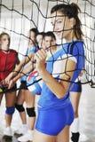 Dziewczyny bawić się salową siatkówki grę obrazy stock