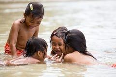 Dziewczyny bawić się w morzu Obrazy Stock