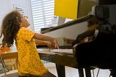 dziewczyny bawić się mały fortepianowy Zdjęcia Royalty Free