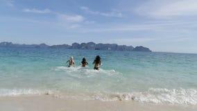 Dziewczyny Biega W wodzie Na plaża Z powrotem Tylni widoku, kobiety grupa Bierze Daleko bikini zbiory wideo