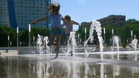 Dziewczyny biegają przez fontanny zdjęcie wideo
