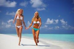 dziewczyny biegają tropikalnego Obraz Royalty Free