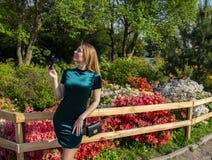 Dziewczyny blondynka na tle kwiaty w parku zdjęcie stock