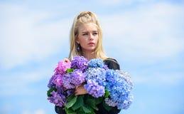 Dziewczyny blondynki chwyta hortensji czu?y bukiet Sk?ry pi?kna i opieki traktowanie Wiosna kwiat Delikatni kwiaty dla delikatneg fotografia royalty free