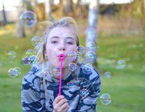 Dziewczyny blowin bąble fotografia royalty free