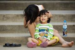 Dziewczyny brać dba jej małej siostry Zdjęcia Stock
