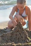 Dziewczyny budów piaska kasztel Obraz Stock