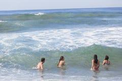 Dziewczyny chłopiec dopłynięcia plaża Zdjęcia Royalty Free