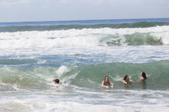 Dziewczyny chłopiec dopłynięcia plaża Obrazy Stock