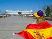 Dziewczyny chirliderka przewodzi stadion futbolowy z Hiszpańską flaga obrazy royalty free