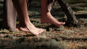 Dziewczyny chodzi na lasowym mech w sukniach zdjęcie wideo