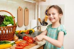 Dziewczyny ciapania pomidory, warzywa i świeże owoc w kuchennym wnętrzu, zdrowy karmowy pojęcie Obrazy Stock
