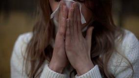 Dziewczyny cierpienie od cieknącego nosa i teardrop problemu, objaw sezonowy wirus zdjęcie stock