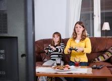 Dziewczyny cieszą się tv grę Obrazy Stock